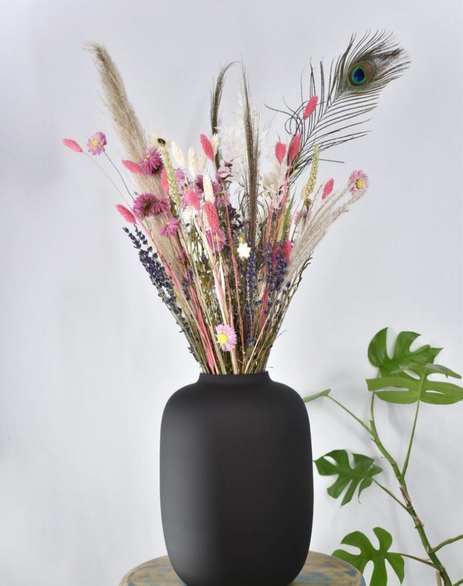 zwarte vaas en droogbloemen