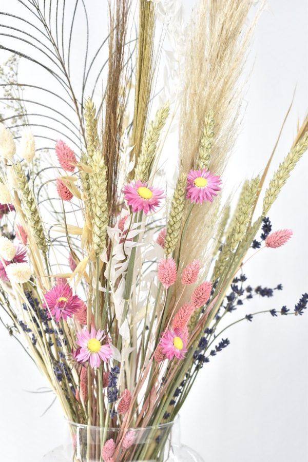 rustig droogbloemen boeket met natuurkleuren