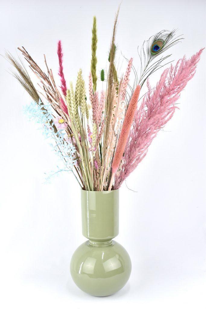 vaas met droogbloemen boeket in veel kleuren