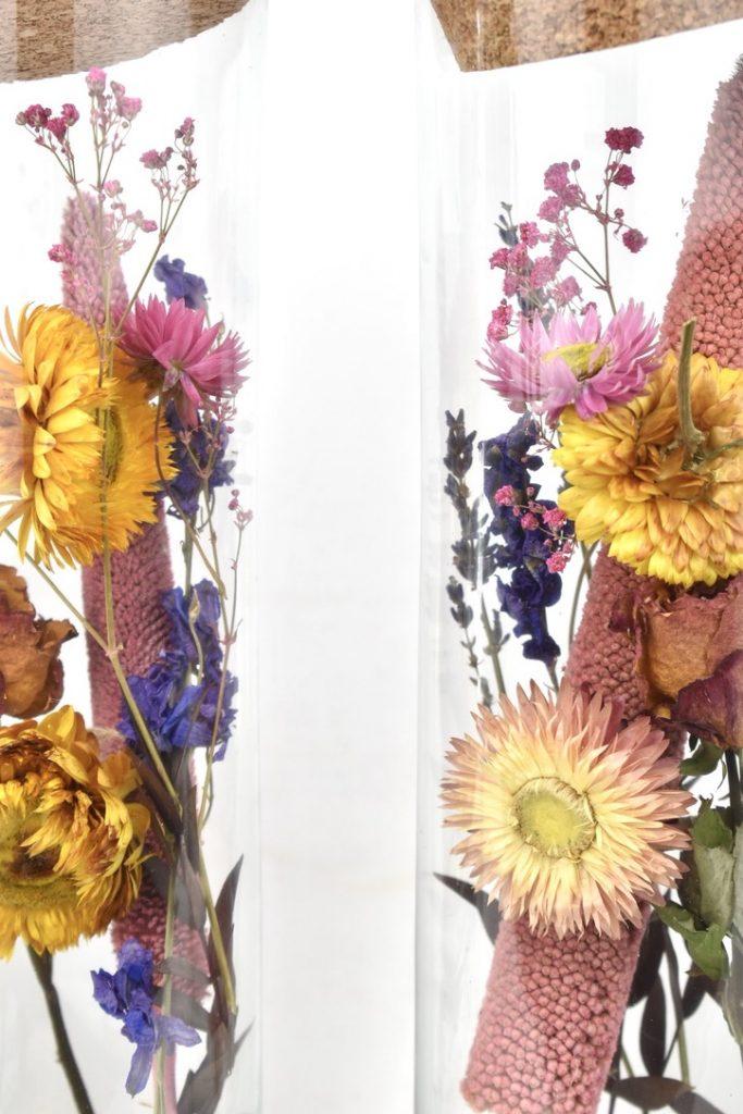 kleurrijke droogbloemen in glas