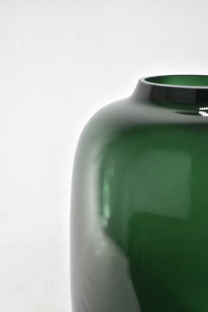 donker groene vaas met droogbloemen