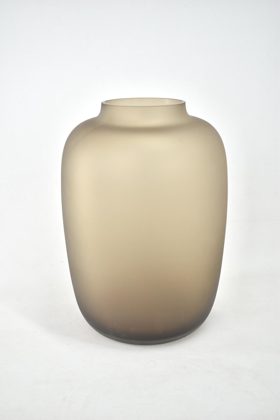 vaas in de kleur satin taupe